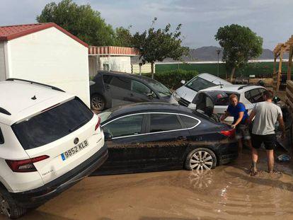 Coches e instalaciones volcados por la riada en el camping de Cabo de Gata. En vídeo, imágenes del temporal.