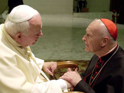 El cardenal Theodor McCarrick coge la mano de Juan Pablo II en una imagen de 2001.