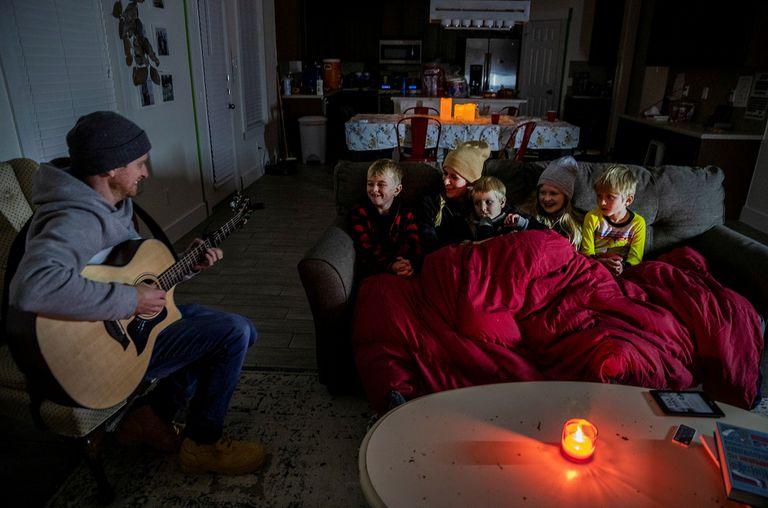 Brett Archibad y su familia en su hogar sin electricidad en Pflugerville, Texas.