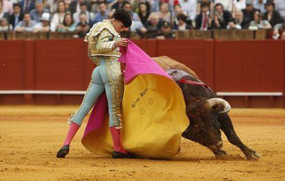 Ginés Marín, al quite en el segundo toro, primero de José María Manzanares, hoy en la Maestranza.