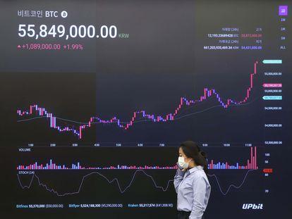 Una mujer pasa frente a un panel de intercambio de criptomonedas en Seúl el pasado 17 de febrero.