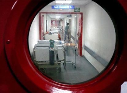 Camas en el pasillo de las urgencias del hospital de La Paz de Madrid.