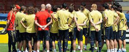 Los jugadores de la selección, reunidos junto a Luis durante una sesión preparatoria
