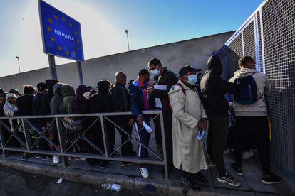 Largas colas para solicitar asilo, hoy solamente los han citado para finales de agosto en la comisaria de policía, en Ceuta, el 2 de junio de 2021.