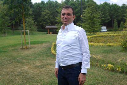 El nuevo alcalde de Estambul, Ekrem Imamoglu, en el bosque de Kemerburgaz, en Estambul, tras la entrevista con EL PAÍS este domingo.