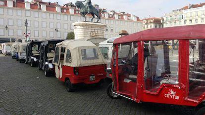 Tuktuks en la plaza da Figueira, una de las prohibidas al tráfico de coches.