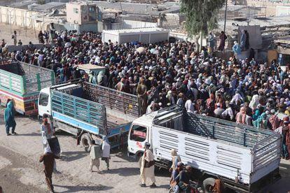Decenas de personas esperan en el paso fronterizo de Spin Boldak para pasar de Afganistán a Pakistán el pasado 2 de septiembre.
