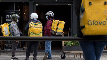 Unos 'riders' esperan para recibir su pedido en la zona de Azca de Madrid, este miércoles.