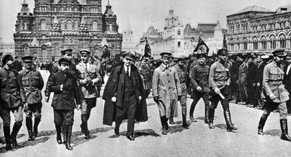 Lenin, en el centro, en un desfile en la plaza roja de Moscú el 25 de mayo de 1919.
