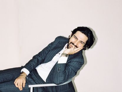 El anticuario Paul Bourdet en la silla Pat Conley II (1987) de Philippe Starck.