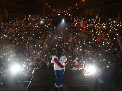 """Keiko Fujimori durante una nueva manifestación de sus seguidores en Lima (Perú) el domingo 26 de junio, para denunciar, sin pruebas, que hubo """"fraude"""" en las elecciones presidenciales."""