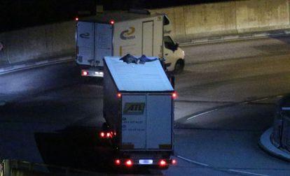 os inmigrantes sobre el techo de un camión en el eurotúnel, este viernes.
