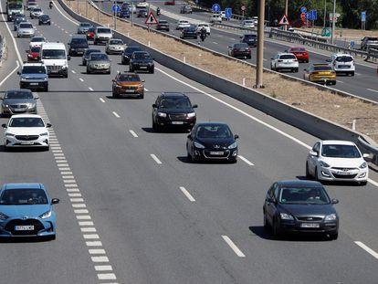 Vista del tráfico en la autovía A-3 en la salida de Madrid, este viernes, día en el que arranca la segunda fase de la operación verano.