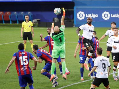 Dmitrovic salta a por el balón.