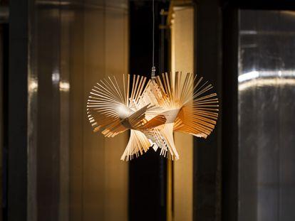 'Mini Mikado', la lámpara en suspensión con cierto espíritu de origami que firma el diseñador industrial Miguel Herranz para la marca LZF Lamps.