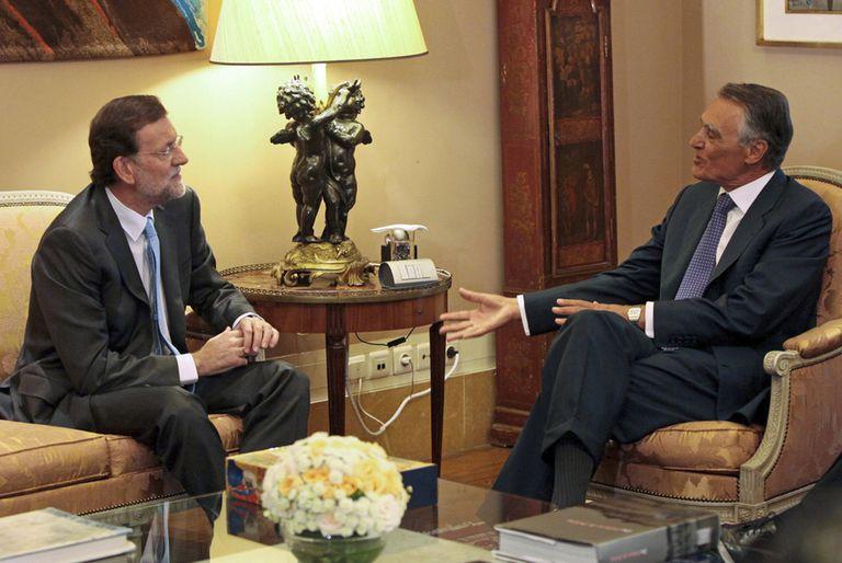 Mariano Rajoy conversa con el presidente de Portugal, Aníbal Cavaco Silva, en Lisboa.