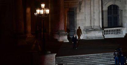Macron antes de dirigirse a sus partidarios en la plaza del Louvre, este domingo.