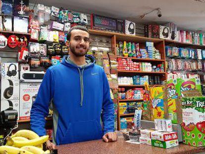 Ahmed Alwan, comerciante de una pequeña tienda en Nueva York, reta a los clientes de su tienda a resolver un desafío matemático