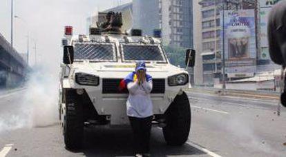 María José Castro detiene a una tanqueta del Gobierno de Nicolás Maduro.