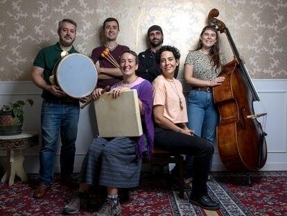 Sonia Megías y Eva Guillamón, integrantes del grupo de música folclórica 'Dúa de Pel', junto a su banda en la sala Duncan en Lavapiés.