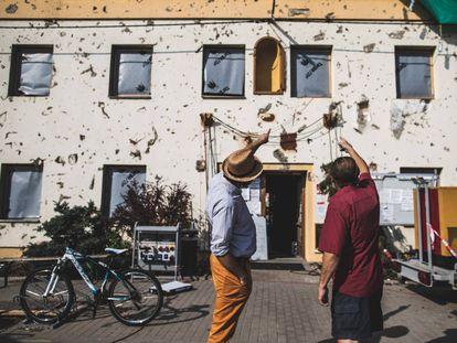 El alcalde de Moravská Nová Ves, Marek Kosut (izquierda), comenta los daños causados por el tornado en el Ayuntamiento con el experto en cambio climático Jan Hollan