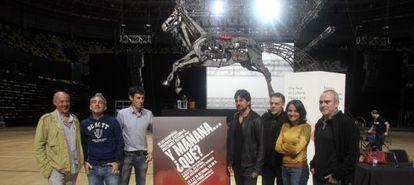 El equipo de la obra 'Y mañana ... ¿qué?' posa en el escenario del Bilbao Arena horas antes del estreno.
