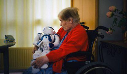 Una paciente de la residencia para personas mayores de Jouarre, cerca de París, acuna a Zora, el robot que le hace compañía.