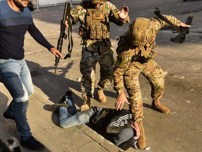 Soldados libaneses arrestan a un joven en la ciudad libanesa de Trípoli, este martes.