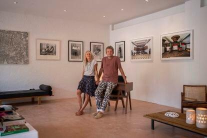 Jorge Fernández y Natalie Rich en su galería de arte, abierta en 2018 y llamada También, donde exponen ahora mismo arte africano en Santa Gertrudis, Ibiza.