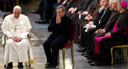 El papa Francisco junto al sacerdote Ciotti, durante una vigilia por las víctimas de la mafia, este viernes.