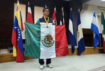 Diego Hinojosa, al ganar la medalla de oro en la Olimpiada Matemática.