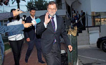 El expresidente del Gobierno Mariano Rajoy, a su salida del restaurante de Santa Pola, este martes.