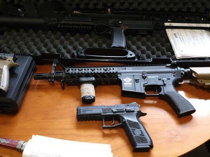 Armas de aire comprimido decomisadas en un control de la Policía Municipal en la salida de la M-40 de la avenida de la Albufera.