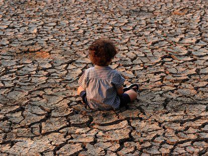 Un niño permanece en un área afectada por una sequía en Tegucigalpa (Honduras).