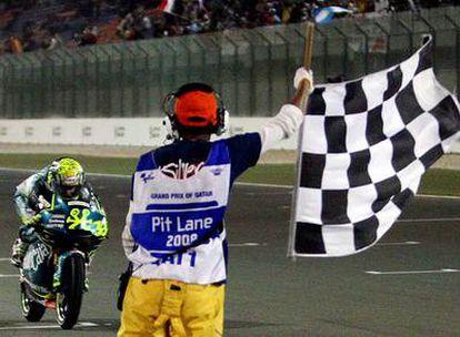Sergio Gadea cruza la línea de meta en la carrera de 125cc.