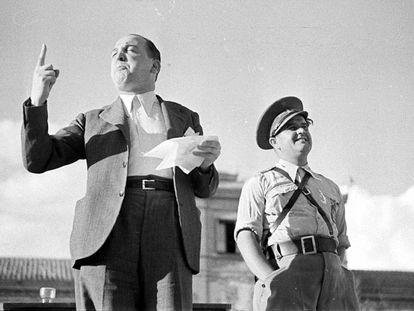 Melchor Rodríguez, a la izquierda, recita un poema a la bandera republicana en un acto celebrado en Madrid en el otoño de 1938.