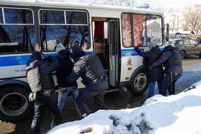 La policía rusa detiene a varias personas en las inmediaciones del Tribunal Municipal de Moscú, donde se desarrolla este martes el caso Navalni.