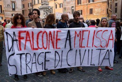 Manifestantes participan en Roma en una protesta por el atentado ocurrido esta mañana en Brindisi.