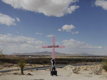 Una niña mira una cruz que representa a mujeres asesinadas o desaparecidas en Ciudad Juárez, en 2009.