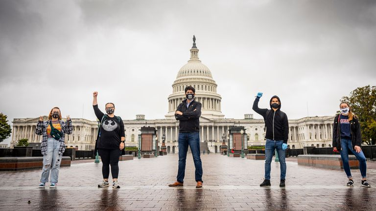 El director de Universitarios Demócratas de Washington, Juan Carlos Mora (centro), con otros votantes de Joe Biden.