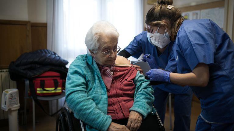 Dos enfermeras vacunan a una anciana en la residencia Pare Vilaseca de Igualada (Barcelona), el viernes.