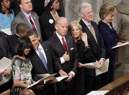 Los Obama, los Biden y los Clinton, de izquierda a derecha, en una ceremonia religiosa ecuménica en la catedral de Washington.