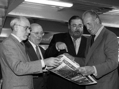 Inauguración de las rotativas del grupo Zeta en Barcelona, en noviembre de 2000. De izquierda a derecha, Mario Santinoli (director técnico de Grupo Zeta), Joan Rigol (presidente del Parlament de Catalunya), Antonio Franco (director de El Periódico de Catalunya) y el rey Juan Carlos.