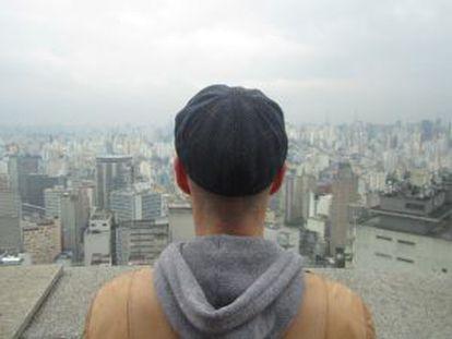 Luis es publicista, vive en Brasil y se va casar para poder conseguir la residencia.