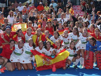 El equipo español celebra la medalla de bronce.
