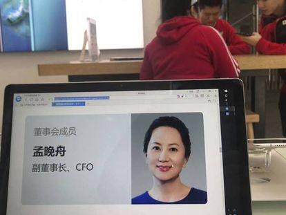 El perfil web de la directora financiera de Huawei Meng Wanzhou en las oficinas de la compañía en Pekín. En el vídeo, reacciones a la detención de Meng.