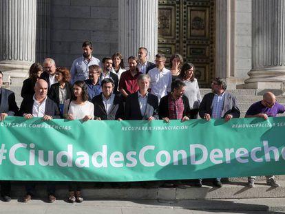 Representantes de los Ayuntamientos del Cambio tras la reunión con diputados de Unidos Podemos en el Congreso de los Diputados el pasado día 4 de octubre. Rita Maestre, tercera por la izquierda.