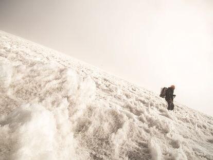 Tras hacer su última medición, Memo Ontiveros desciende con la perforadora a sus espaldas por el glaciar Jamapa, el último de México.