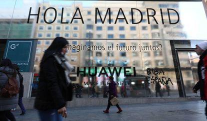 Fachada del local donde la compañía Huawei abrirá su tienda en la Gran Vía de Madrid.