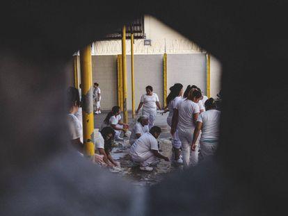 Días eternos en una cárcel de mujeres de El Salvador